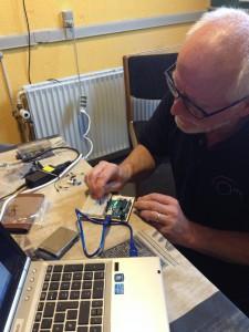 OZ1EDD viser en Arduino opstilling (Foto OZ8CTH)