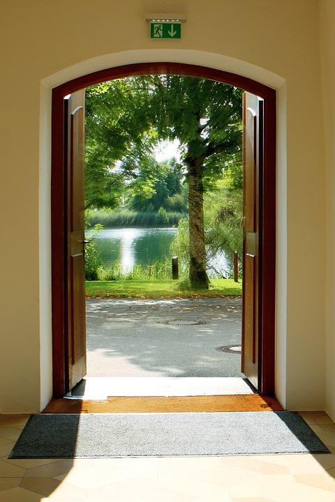 Dette billede har en tom ALT-egenskab (billedbeskrivelse). Filnavnet er Open_doors_green.jpg